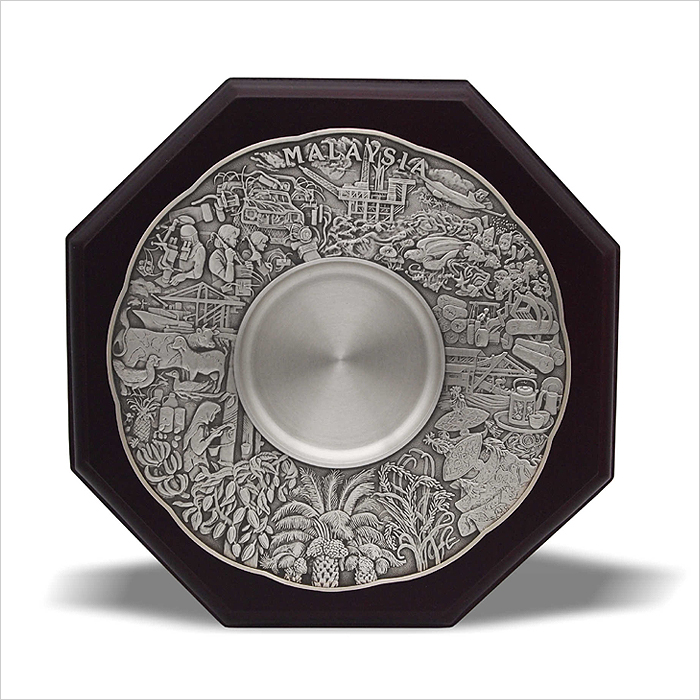 7234 - Wooden Plaque With Maju Motif Pewter Plate